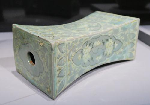 Oreiller à décor de pivoines, grues et nuages (Musée national de Corée, Exposition au Grand Palais) @Myu-Ri