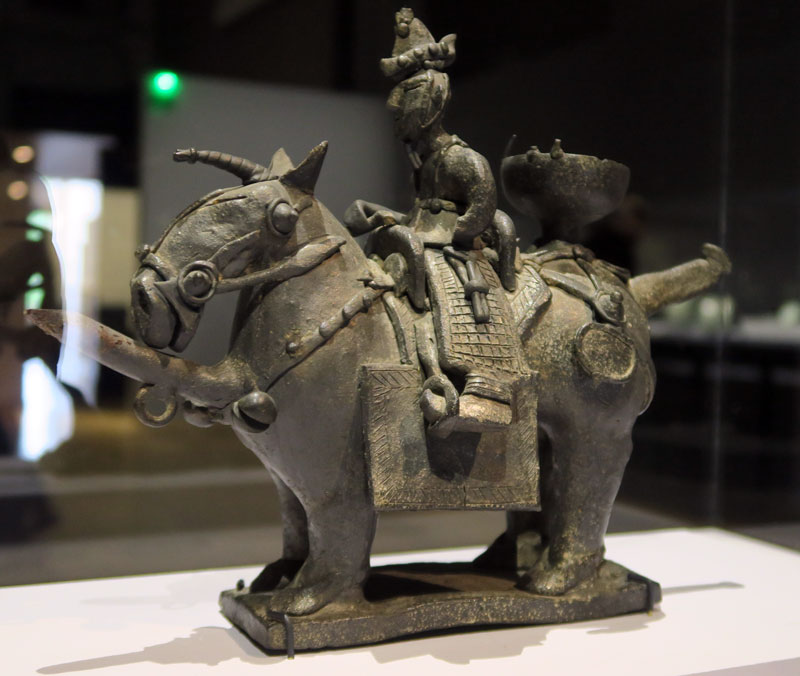 Aiguière en grès représentant un cheval et son cavalier, datant du royaume de Silla (Musée national de Corée, Exposition La Terre, le feu, l'esprit au Grand Palais) @Myu-Ri