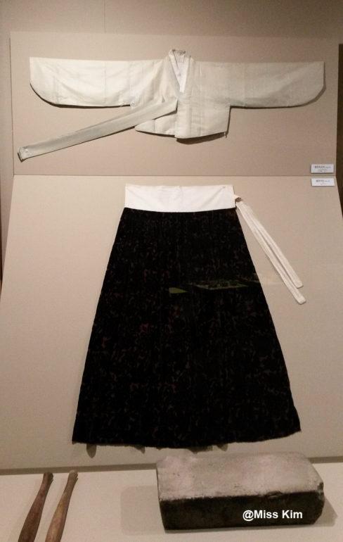 Tenue traditionnelle des femmes de l'île, composée d'une veste blanche et d'une longue jupe noire