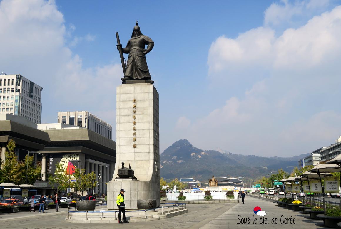 Square Gwanghwamun statues Lee Sun-Shin roi Sejong palais Gyeongbokgung mont Bukhansan