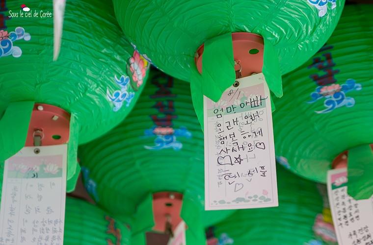 la prière écrite d'un enfant accrochée à une lanterne bouddhique du temple Bulguksa à Gyeongju