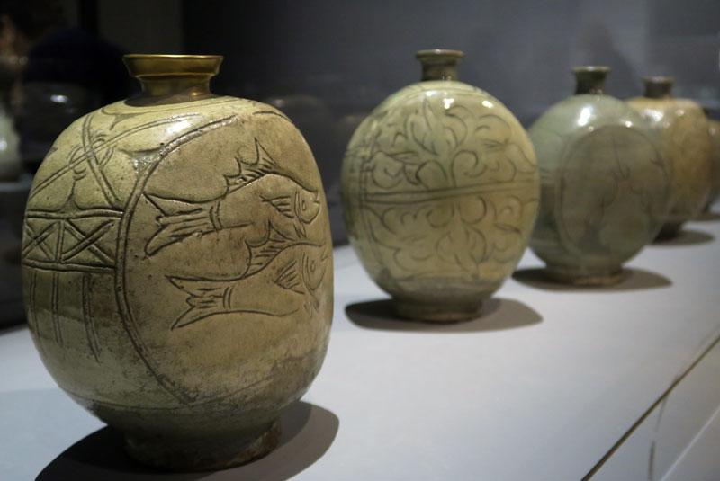 Bouteille en forme de flasque avec motif de poissons, XVe siècle (Musée national de Corée, Exposition au Grand Palais) @Myu-Ri