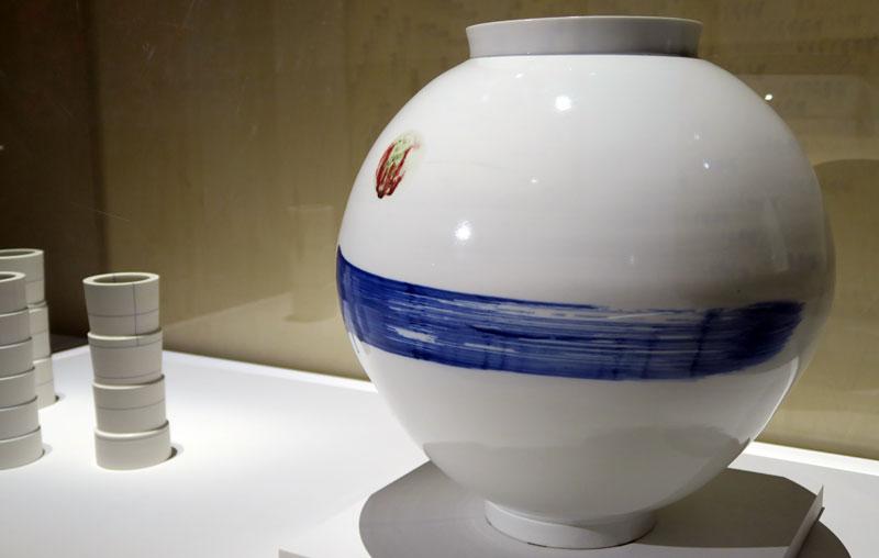 """""""Moon Jar"""" de Park Youngsook, réalisée à partir d'argile blanche et pigments (2010, collection privée)"""