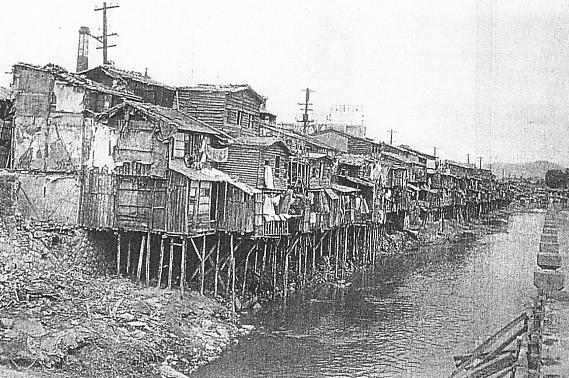 Maisons sur pilotis le long de la rivière Cheonggyecheon, entre 1910 et 1945.