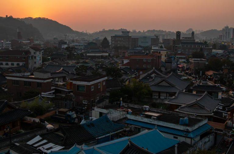 Coucher de soleil sur le village hanok de Jeonju en Corée du Sud