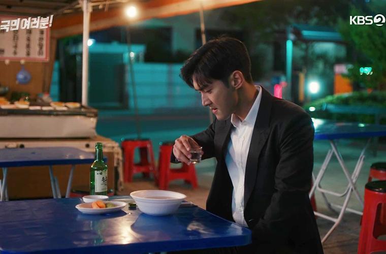 un homme boit seul du soju dans un pojangmacha