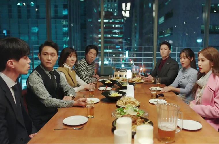 des salariés réunis autour d'un repas et d'alcool