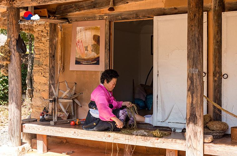 tissage dans un village traditionnel coréen