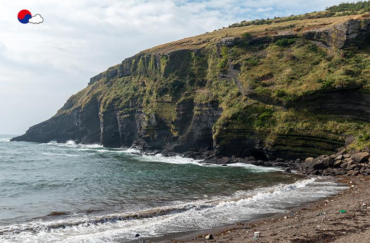 La plage de sable noir de Geommeolle, à Udo.