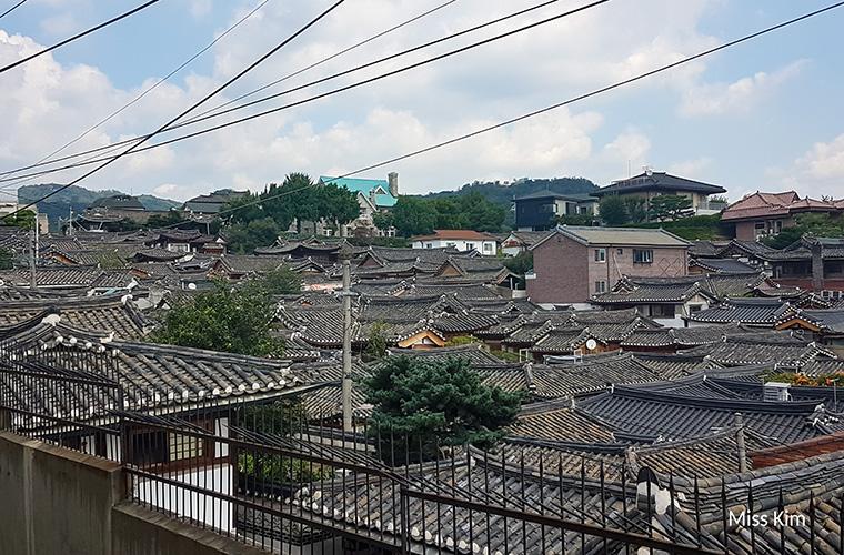 Les toits des hanok de Bukchon depuis le 31 Gahoe-dong.