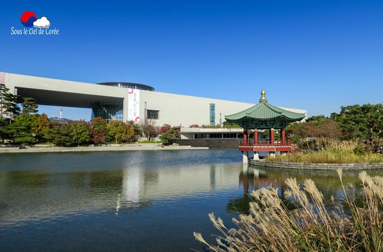 Le bâtiment du Musée national de Corée et son lac artificiel