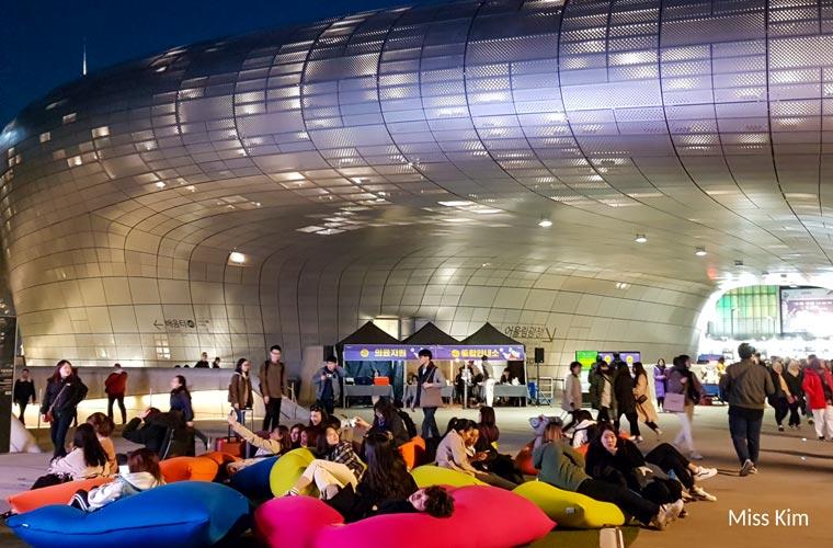 Des Coréens visitent le Dongdaemun Design Plaza de Séoul