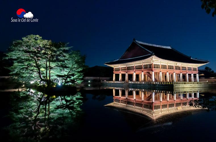Le pavillon Gyeonghoeru du palais Gyeonbokgung à Séoul de nuit