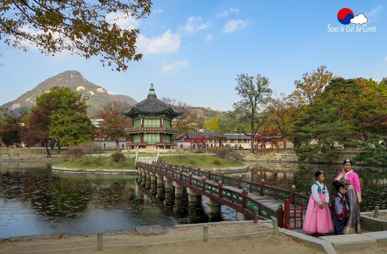 Le pavillon Hyangwonjeon du palais Gyeongbokgung de Séoul durant l'automne