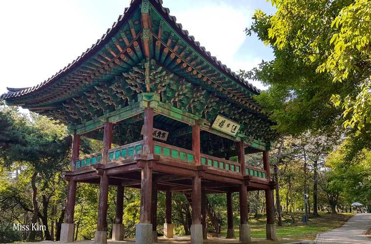 Le pavillon traditionnel coréen Yeongillu à Buyeo en Corée du Sud