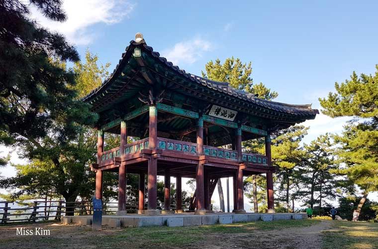 Le pavillon coréen Sajaru à Buyeo en Corée du Sud