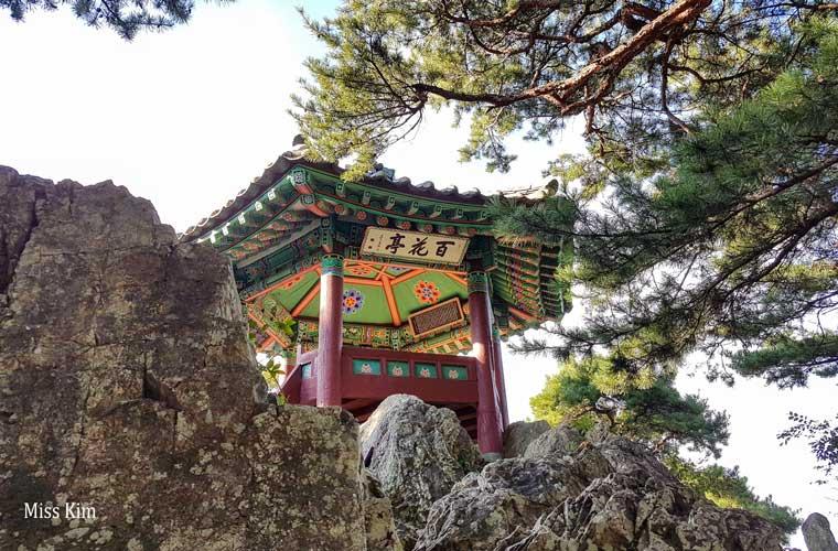 Le pavillon coréen Baekhwajeong à Buyeo en Corée du Sud