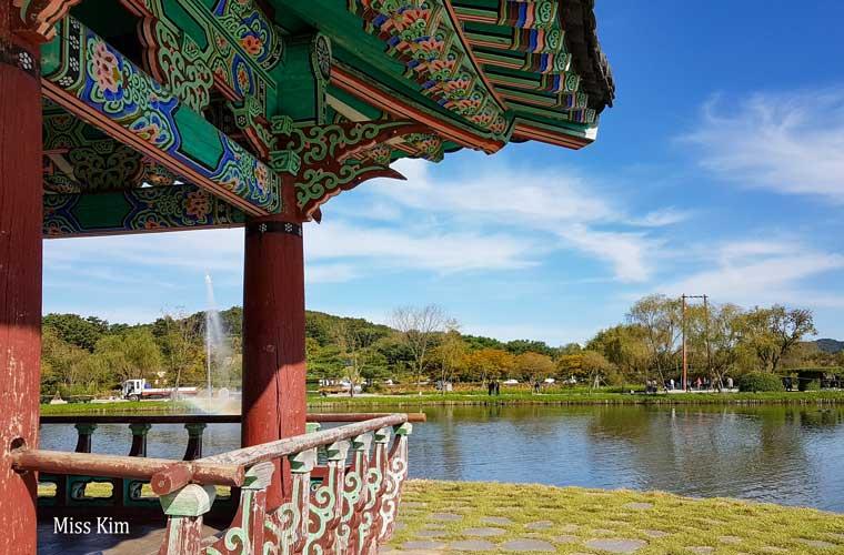 Le pavillon coréen Gungnamji à Buyeo en Corée du Sud