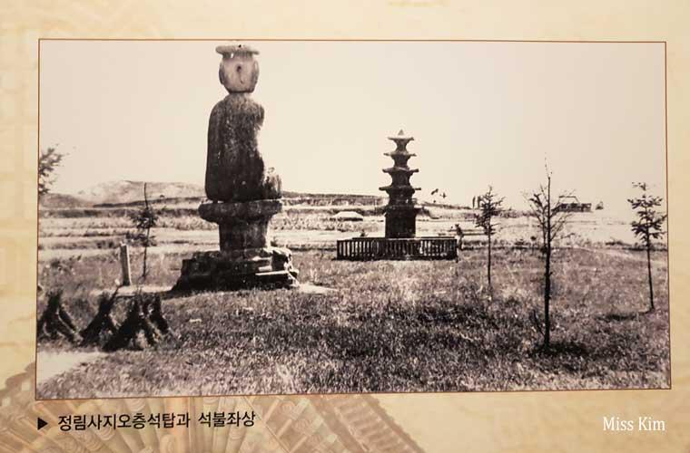 Photographie du temple Jeongnimsa en Corée du Sud u siècle dernier