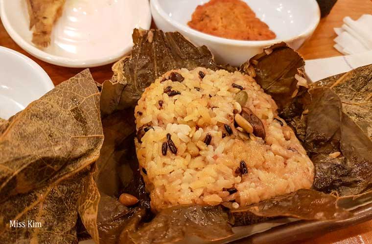 yeon ip bap coréen, du riz cuit dans une feuille de lotus