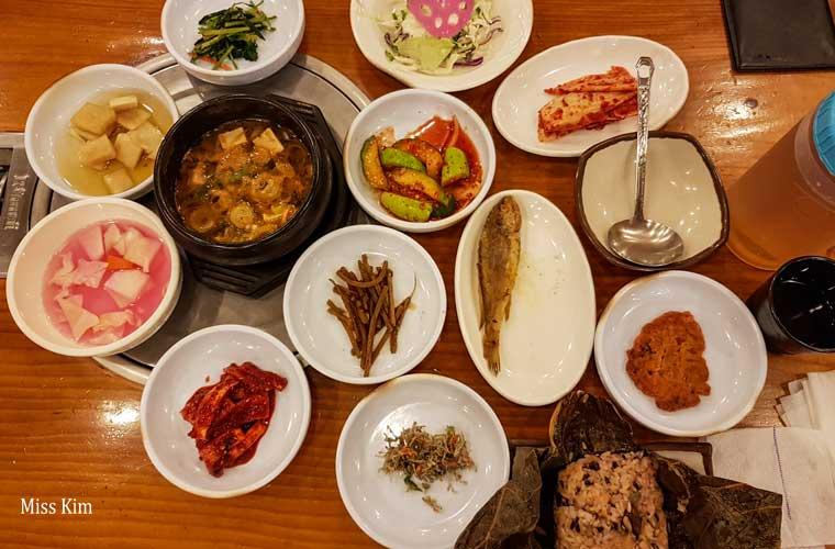 yeon ip bap coréen et banchan du restaurant Baekje Ui Jib à Buyeo en Corée du Sud