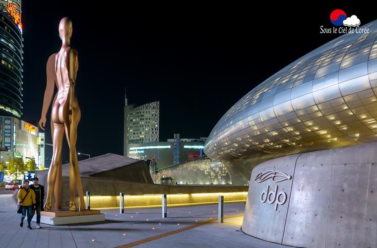 De nuit, au Dongdaemun Design Plaza