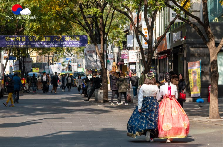 Les rues animées du quartier d'Insadong à Séoul