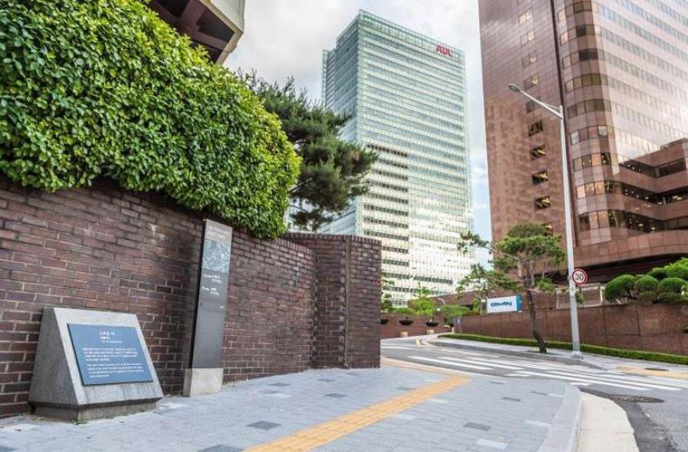 Plaque commémorative à l'emplacement de l'ancienne porte Seouimun à Séoul