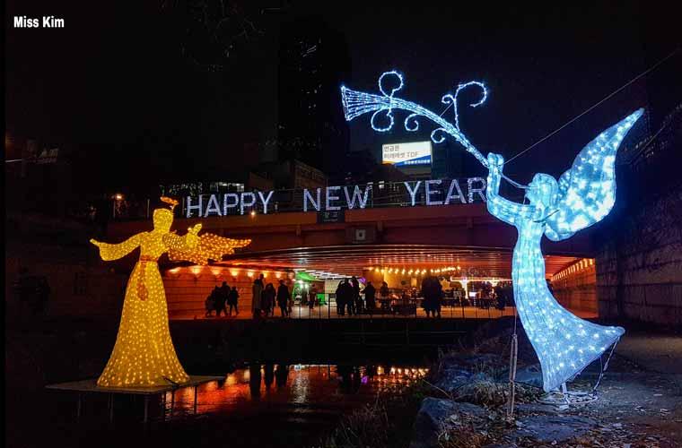 La rivière Cheonggyecheon à Séoul à Noël