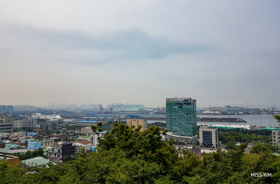 La vue sur le port d'Incheon, en Corée du Sud, depuis le parc Jayu