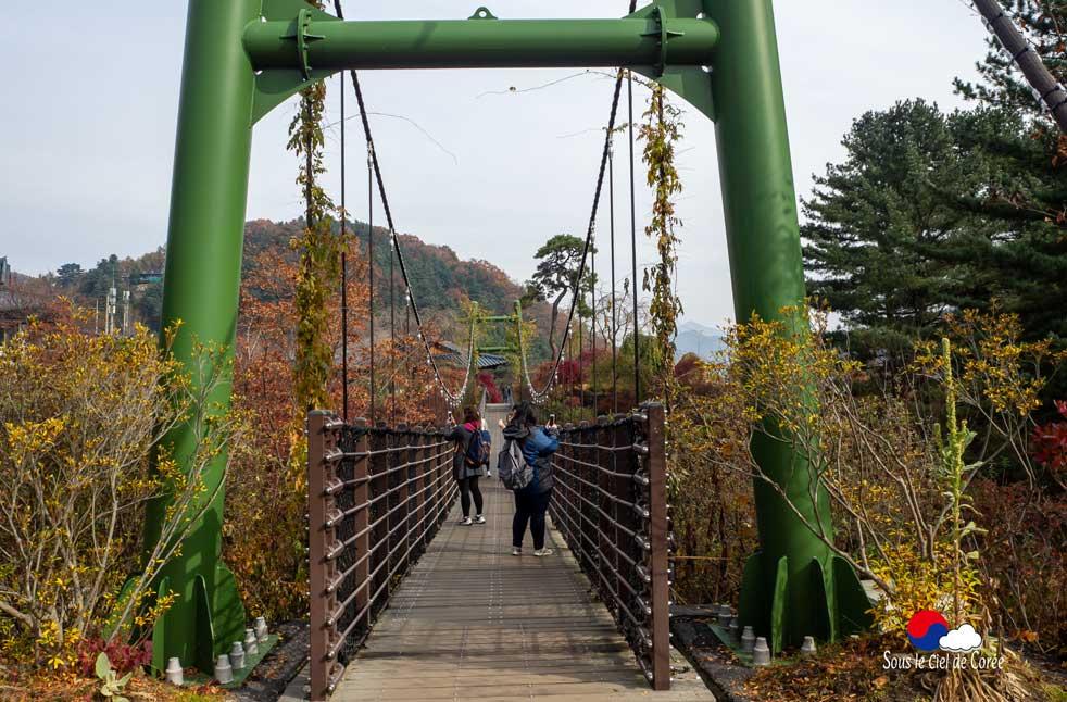 Pont aux nuages du Jardin du matin calme en Corée du Sud