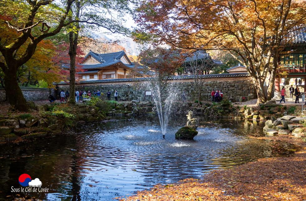 Etang et fontaine du parc du Mont Naejangsan en Corée du Sud