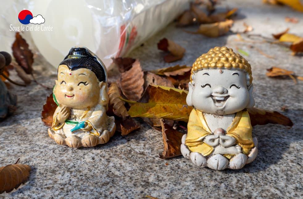 Petites statues bouddhiques au Mont Naejangsan en Corée du Sud